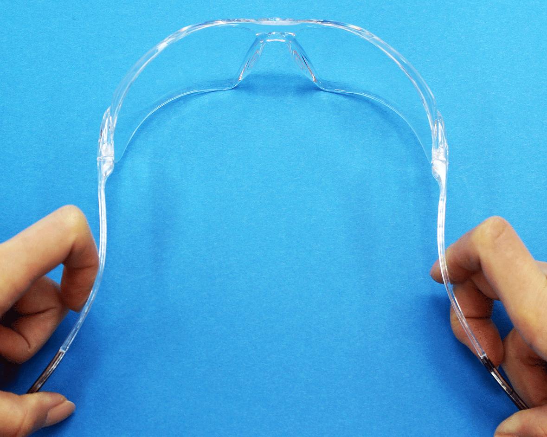 弾力性に優れたテンプルが頭を優しく包み込み、フレームがずれることなく長時間快適いご使用いただけます。
